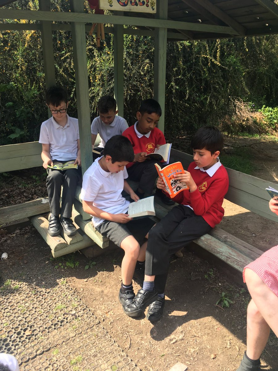 The sun was shinning 🌞 so into the quiet garden 4SB went 📚#readingforpleasure @NorthManorAcad