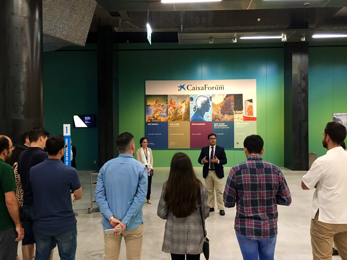 .@MoisesRoiz y @Marta_Reche dan la bienvenida al grupo de invitados con el que visitaremos la exposición #ModernismoCaixaForum en #Sevilla. ¡Nos adentramos en el espíritu de una época marcada por la presencia del azul y de sus connotaciones!