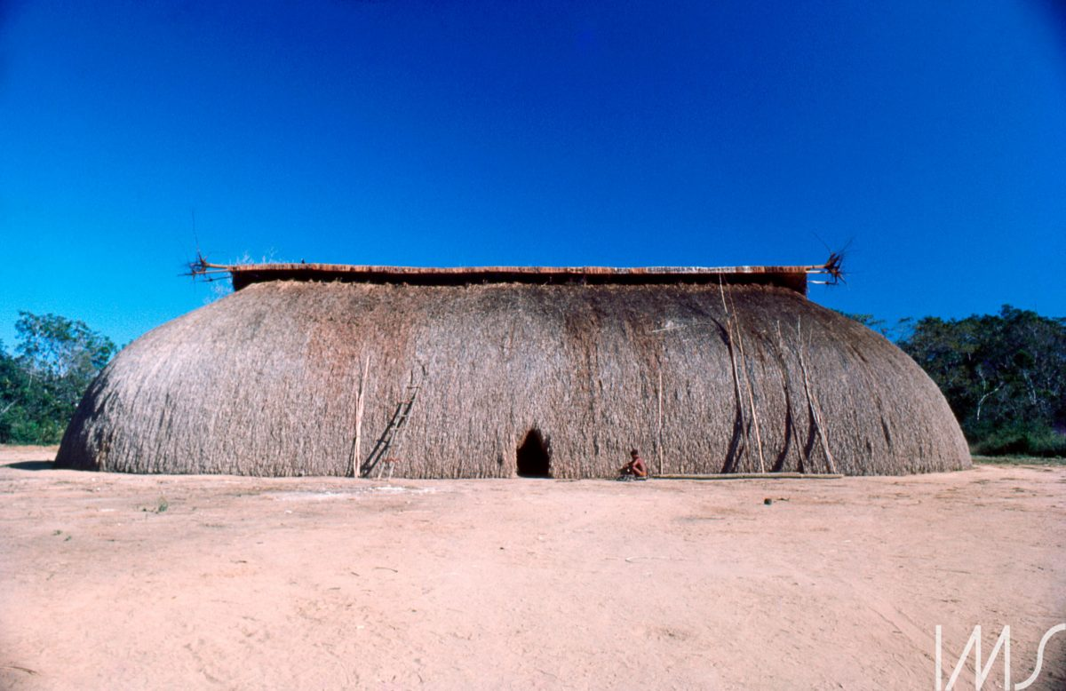 📷 Índios – Cenas do dia a dia, c.1975. Mato Grosso, Brasil. Fotografia de Maureen Bisilliat / Acervo IMS #MuseumWeek #RainbowMW 🌈 #WomenInCulture 👩🎨