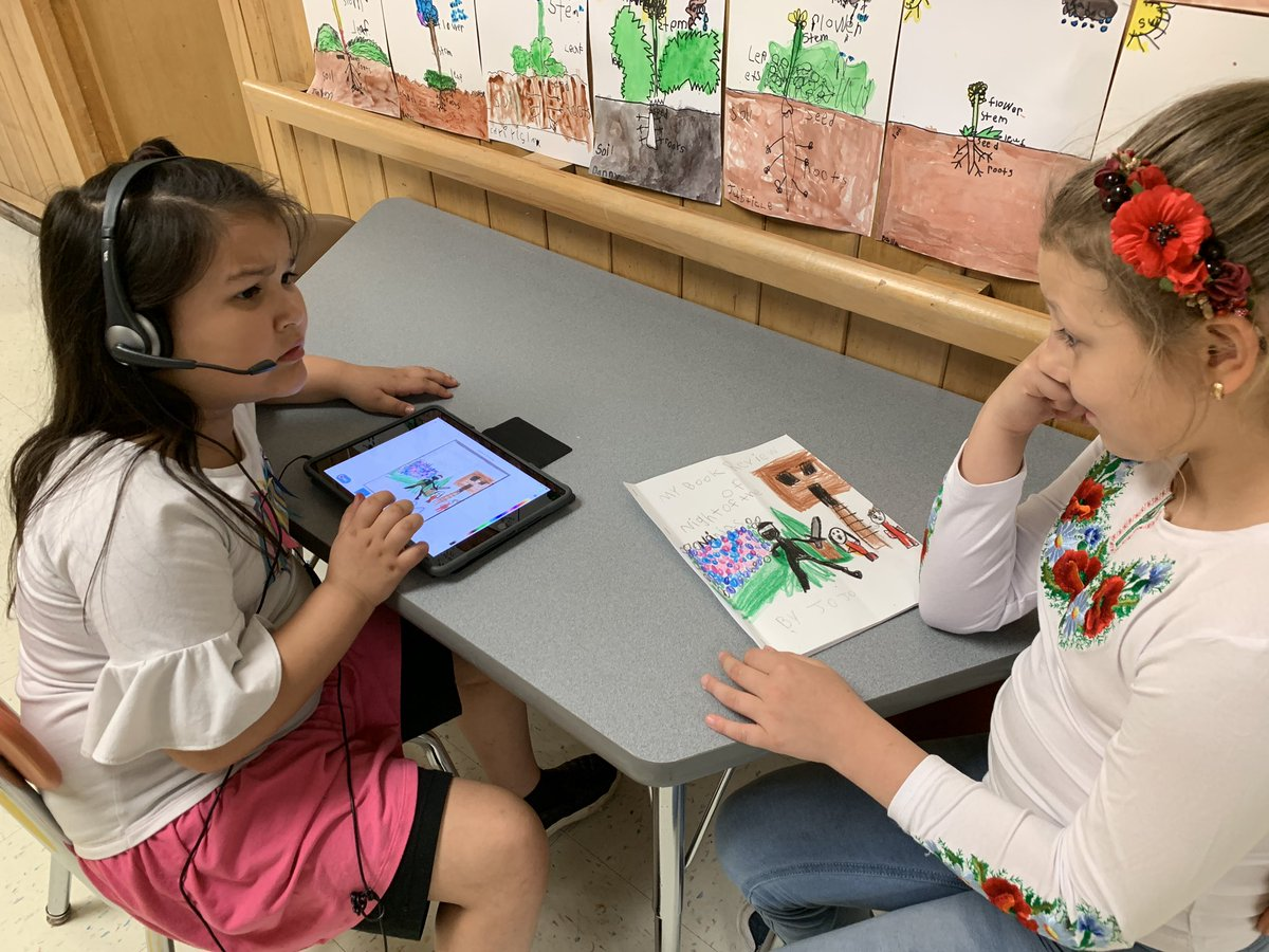 Partner help and feedback recording books in @BookCreatorApp and uploading to @Seesaw to share with authentic audience! #WBPandas #WeAreD34