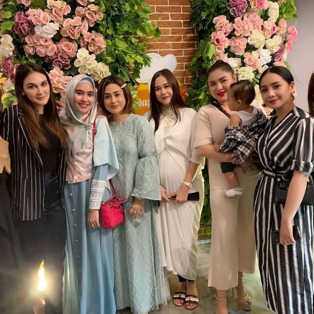 Pada hari Minggu lalu (12 Mei 2019), tampak @aurakasih87 dan @VickyShu hadir dalam pesta perayaan ulang tahun pernikahan ke-7 Anang dan Ashanty. Foto dokumentasi Raffi dan Nagita. #VMCperformance https://t.co/lvBeLgigpi