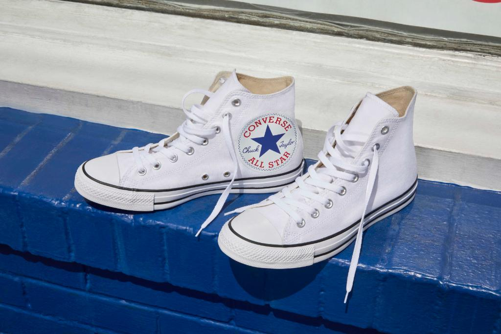c1268e5a20e225 ... a new oversized Chuck Taylor logo and is in stores and online now in  white or black colorways   http   bit.ly 2JjRURZ pic.twitter.com iC6AJCtH34