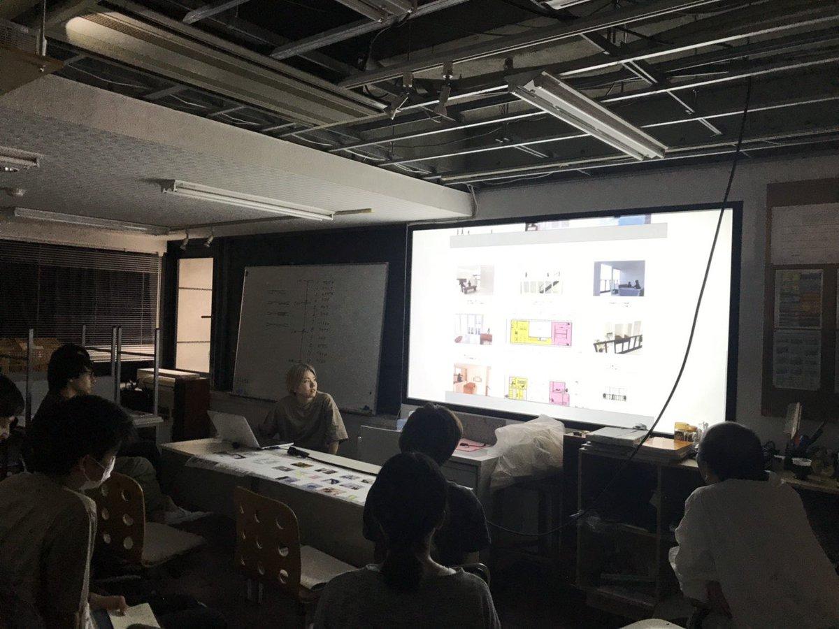 先日の授業風景。2年生の発表です。1年次に設計したコートハウスを、ポートフォリオにして発表。事務所への就職に向けて、いよいよ本格的にポートフォリオを作っていきます。