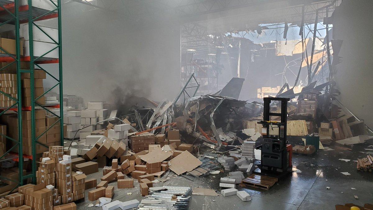 تحطم مقاتلة إف 16 أميركية في مبنى تجاري في ولاية كاليفورنيا D6ugbriUcAEE5GI