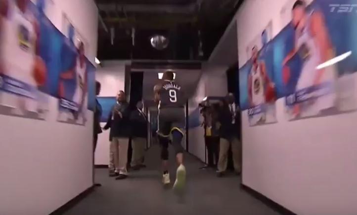 【影片】Lillard被打到沒脾氣!Iguodala鬼手切球再度上線,這抄截是什麼水平?-籃球圈