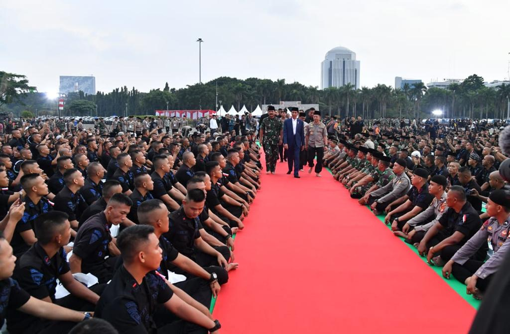 Di luar jajaran penyelenggara dan pengawas Pemilu serentak pada 17 April lalu, soliditas dan kerja profesional seluruh anggota TNI dan Polri memungkinkan perhelatan besar demokrasi itu berjalan dengan demokratis, jujur, adil, aman, dan damai.Terima kasih TNI dan Polri.