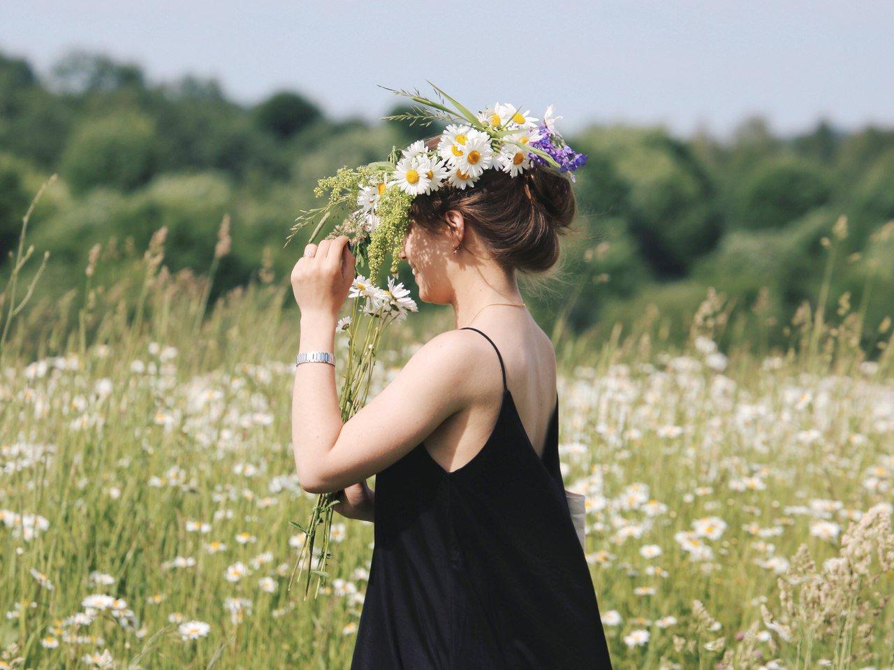Картинки девушка с ромашками со спины