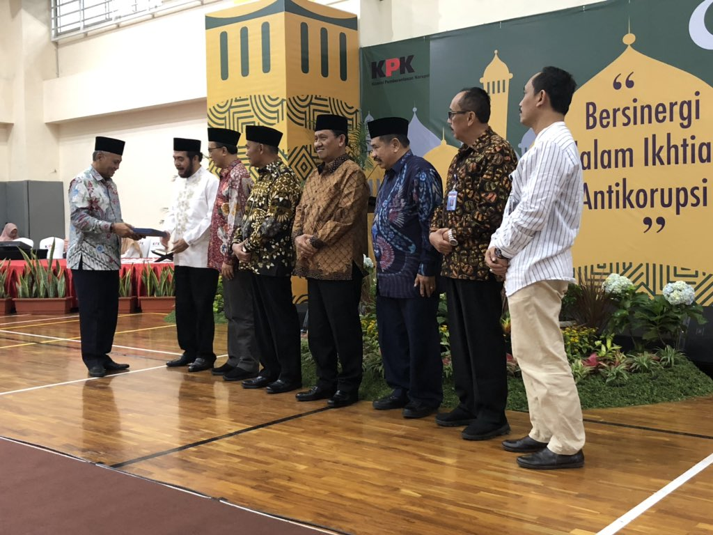 Dalam kesempatan ini, Ketua KPK Agus Rahardjo, menyerahkan Laporan Tahunan KPK 2018 secara simbolis.