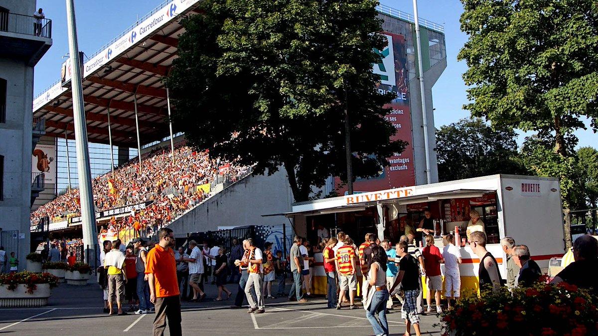 Dans chaque stade de football, il y a toujours plusieurs buvettes d'où s'échappent une savoureuse odeur de graillon. Aujourdhui, les nouveaux stades mettent en péril cette culture populaire. ⚽️🌭 streetpress.com/sujet/15579987…
