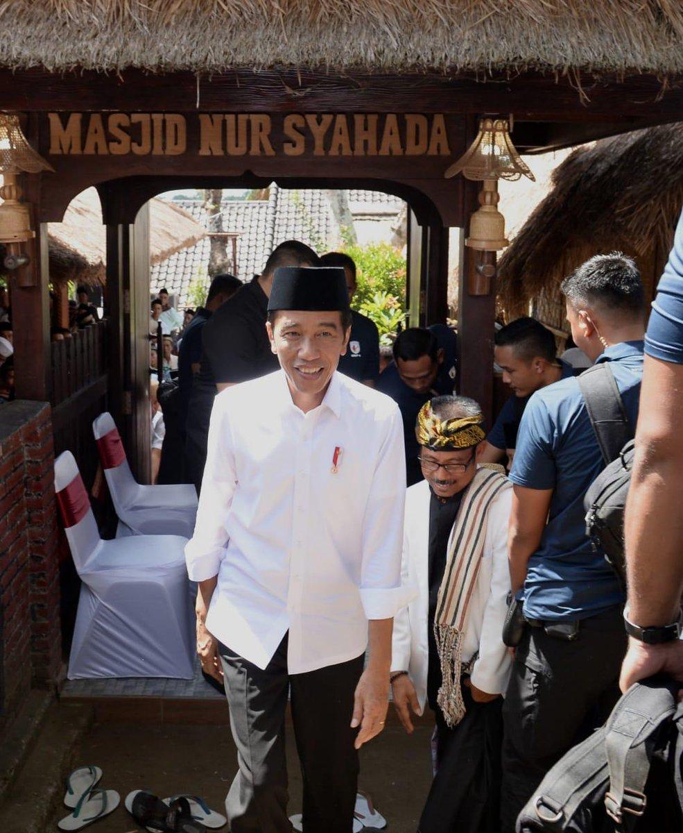 Jumatan di Masjid Nur Syahada di Desa Rembitan, Lombok Tengah, NTB hari ini. Masjidnya unik, beratap dari alang-alang, berdinding bambu, dan tiang kayu.   Masjid ini berdiri di tengah rumah-rumah warga asli Suku Sasak yang adat dan budayanya masih terjaga.