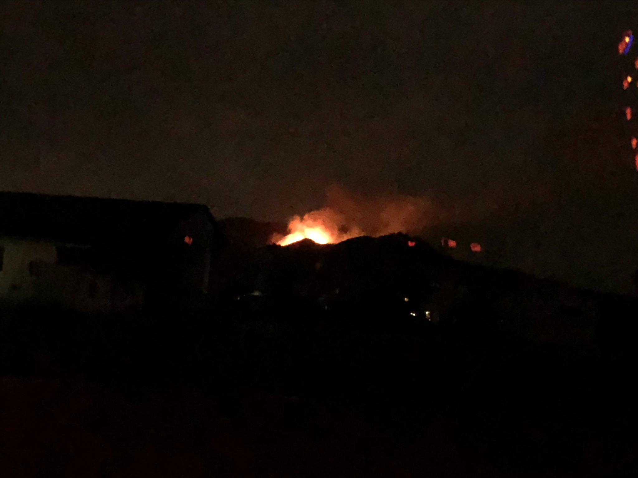 画像,家から3キロほど離れた山林火災‼️強風で延焼中らしい。うちからでも炎がみえる。地元のみんな、不安な夜を過ごしています。 https://t.co/86H2Kzz…
