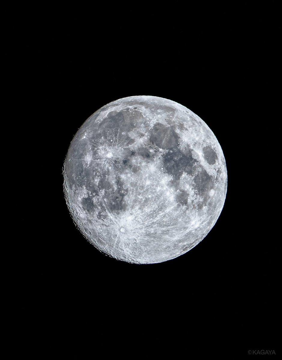 空をご覧ください。 満月に次いで美しいと言われる十三夜月が輝いています。 写真は今望遠鏡を使って撮影したものです。 今週もお疲れさまでした。おだやかな週末になりますように。