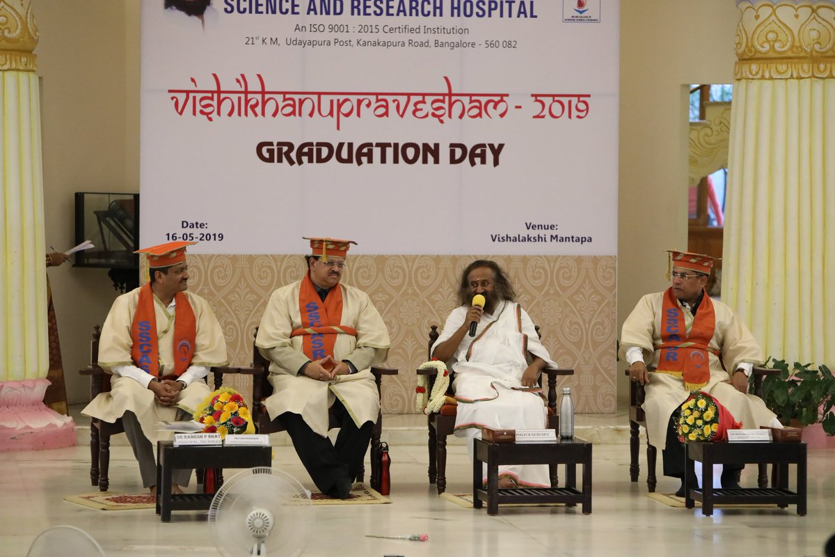The 10th convocation of @SSCASRHOfficial happened in the @BangaloreAshram premises. Dr J Deopujari, President, Central Council for Indian Medicine & Dr S Sacchidanand, VC, Rajiv Gandhi University of Health Sciences addressed the gathering. 1/2
