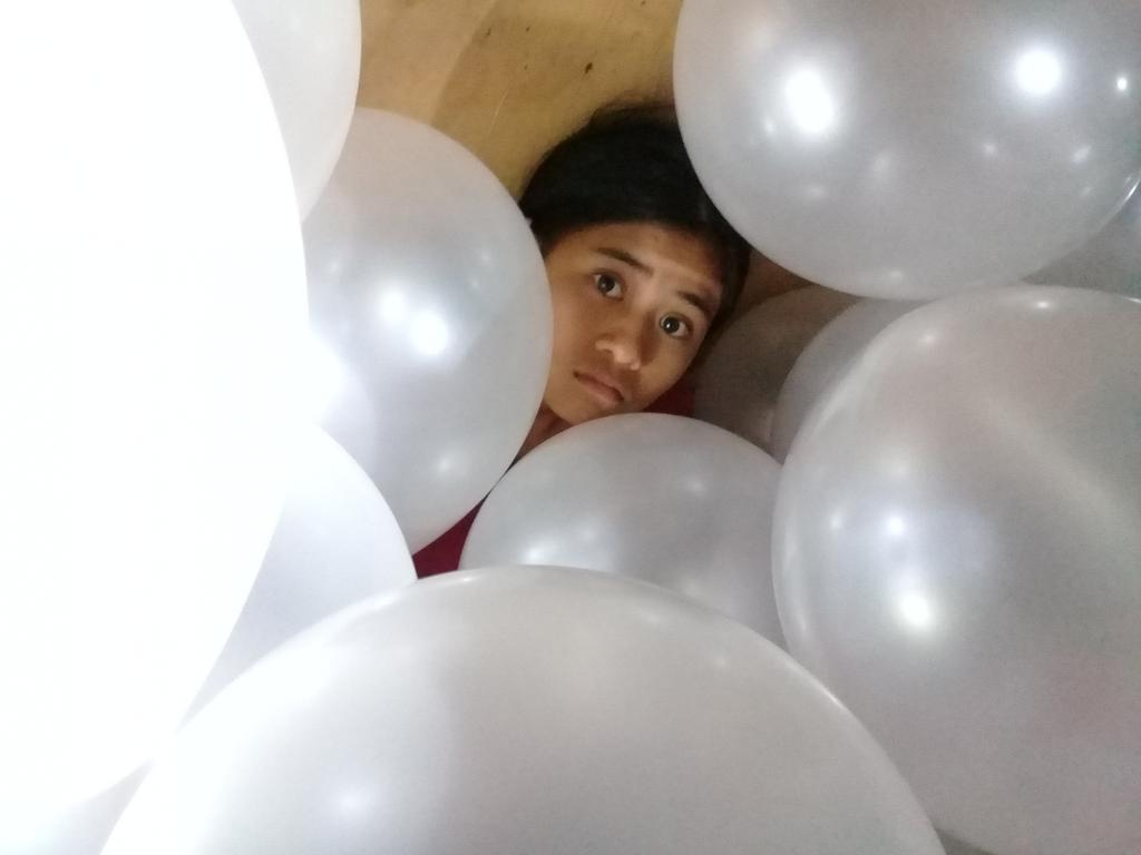*inflating balloon for cousin's bday* :ga ready para sa anniversary :uyab nalang kulang 😂  ...few minutes later...