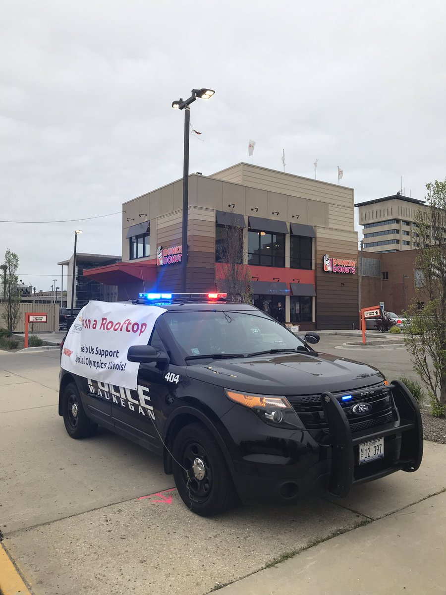 Come see us! 21 S Greenbay, 422 Washington and 3925 Fountain Square #CopOnARooftop #Dunkin #waukeganpolice https://t.co/hcJYjA6Onh