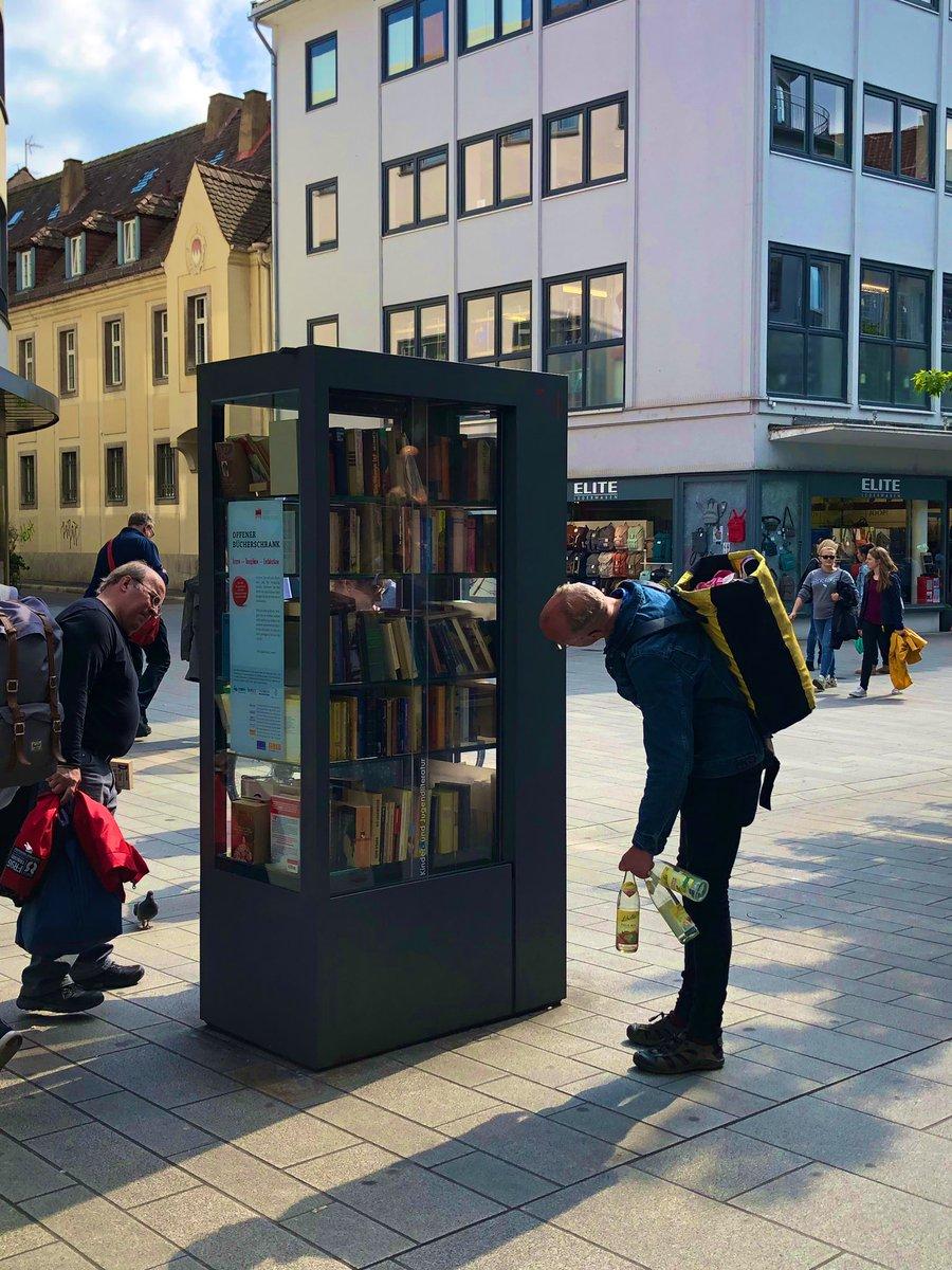ドイツで見つけた画期的すぎるブックスタンド!!要らなくなった本を入れとくと誰かが勝手に貰ってってくれるんだって!そして自分も欲しい本があったら持ってっていいの!すごくない!?なんで日本にないの!?なんでないの!!?!?作って!!!