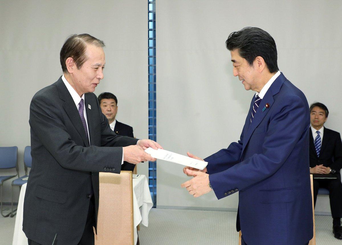 《総理の動き》本日(5月17日)安倍総理は官邸で第45回教育再生実行会議を開催しました。総理は会議の冒頭で、鎌田薫座長から第十一次提言を受け取りました。kantei.go.jp/jp/98_abe/acti…