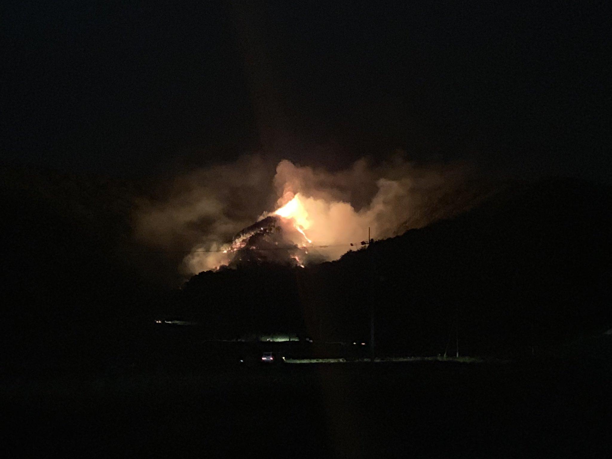 画像,四国中央の天満山火事なってる・・・風強いしやばない? https://t.co/ETNPEneW3a。