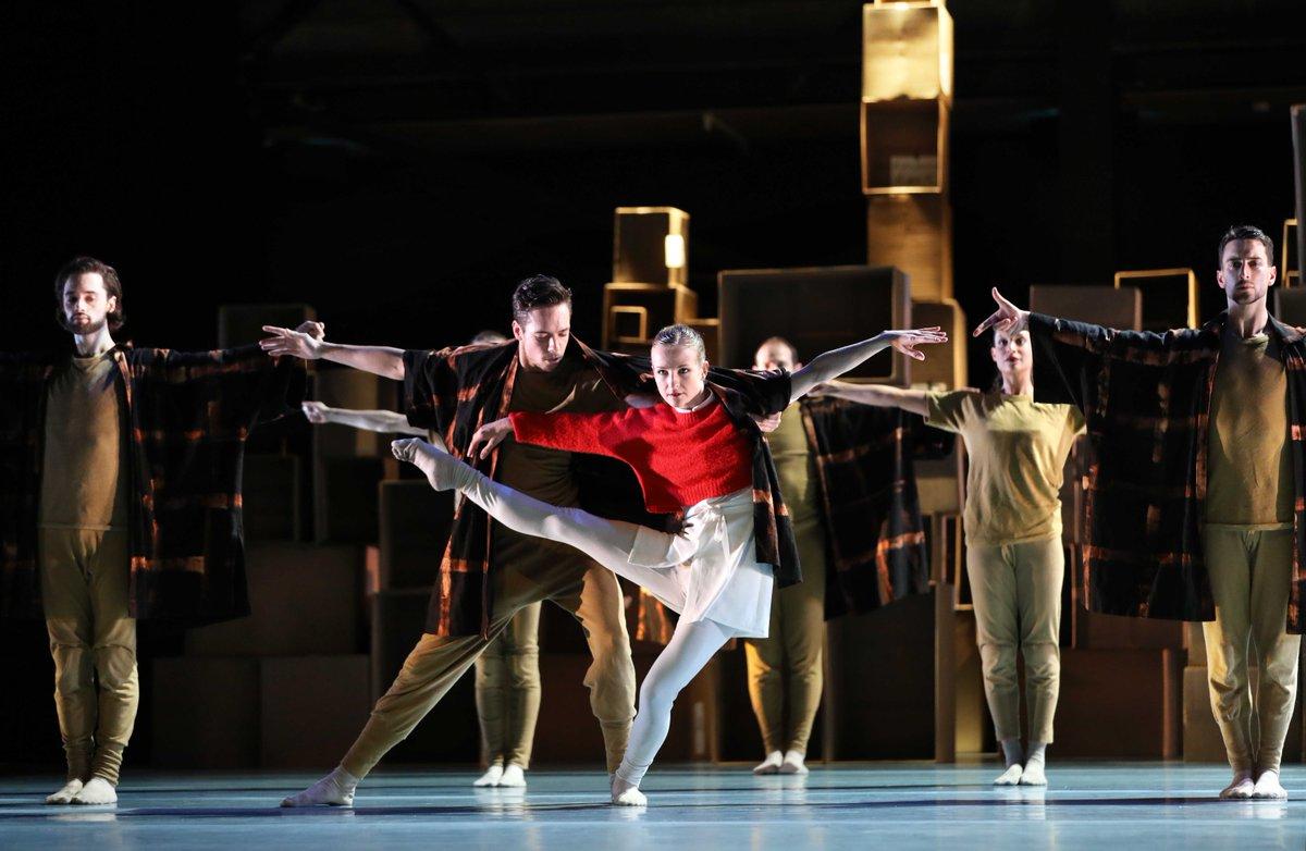 toitoitweet > dansers VIER VERHALEN EN EEN DAG > straal op het podium van @ABconcerts vanavond! > introdans.nl/vier-verhalen-… @spinvis