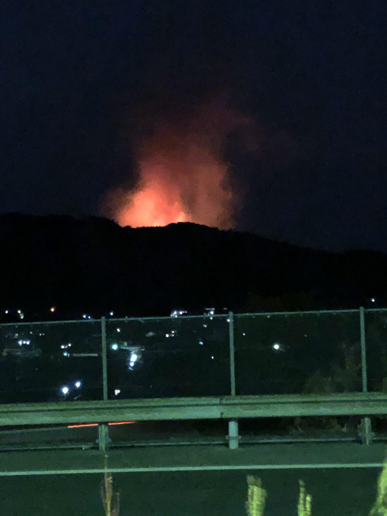 画像,どう見ても山火事っぽい。入野PAからだと隠れてるけど( ̄▽ ̄;) https://t.co/xr25GGQEF8。