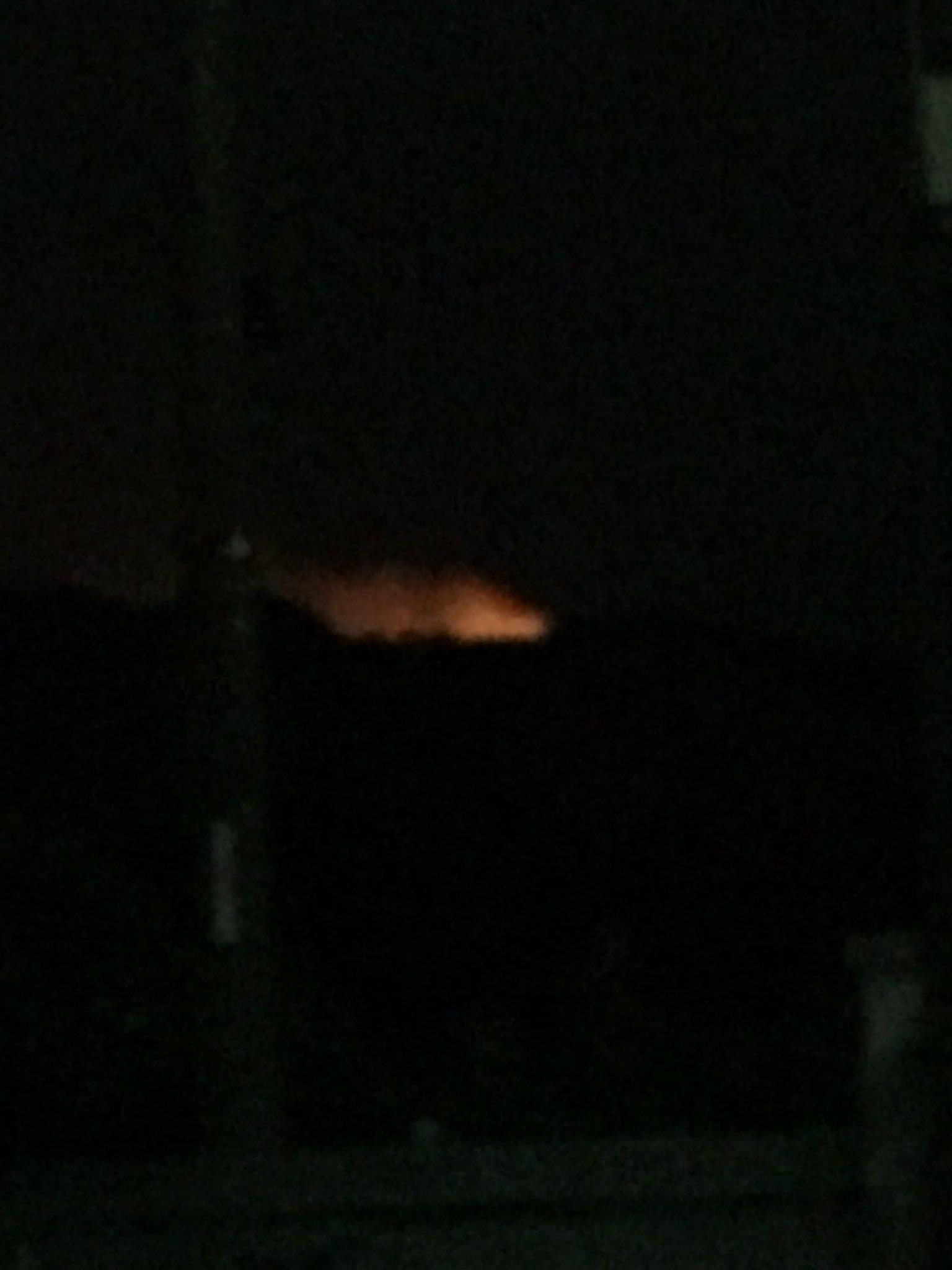 画像,松山道を走行中、山火事らしきものを発見。入野PAから撮影。消防のサイレンが鳴り響いているので、火事なのは間違いない😥山火事なら、この強風は最悪... https…