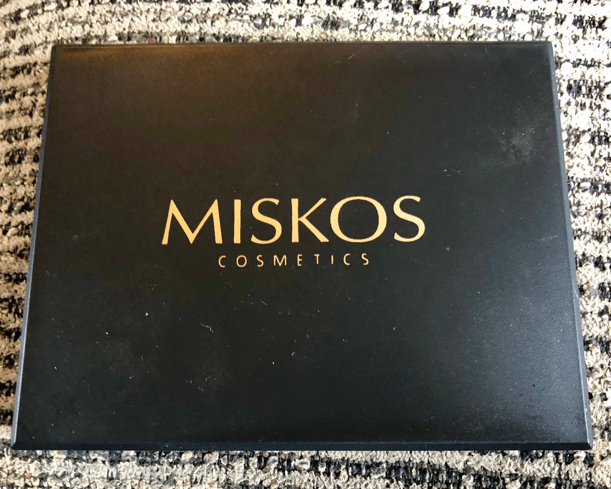 I received this palette of smoky eyeshadow from Miskos. It comes w/12 vibrant colors (3 glitter & 9 matte) it looks amazing & lasts all day long. Get yours here!   https://t.co/5nLxCY39wn @tomosonreviews @miskoscosmetics #tomoson #tomosonreview #review #miskos #eyeshadow #beauty https://t.co/Fm4i8nbW4Y