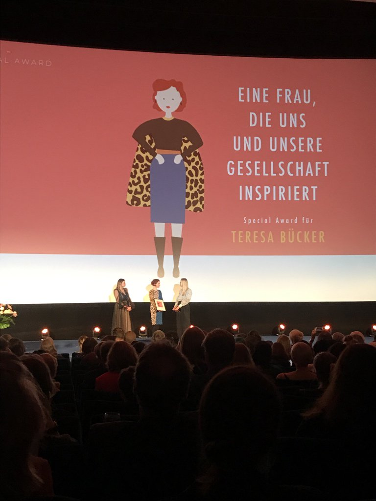 So, so, so, so, so, sooooooooo verdient! Der Special Award für @fraeulein_tessa. 💜💜🏆💜💜 #25Frauen Du großartigste, beste, klügste, schönste Feminija!