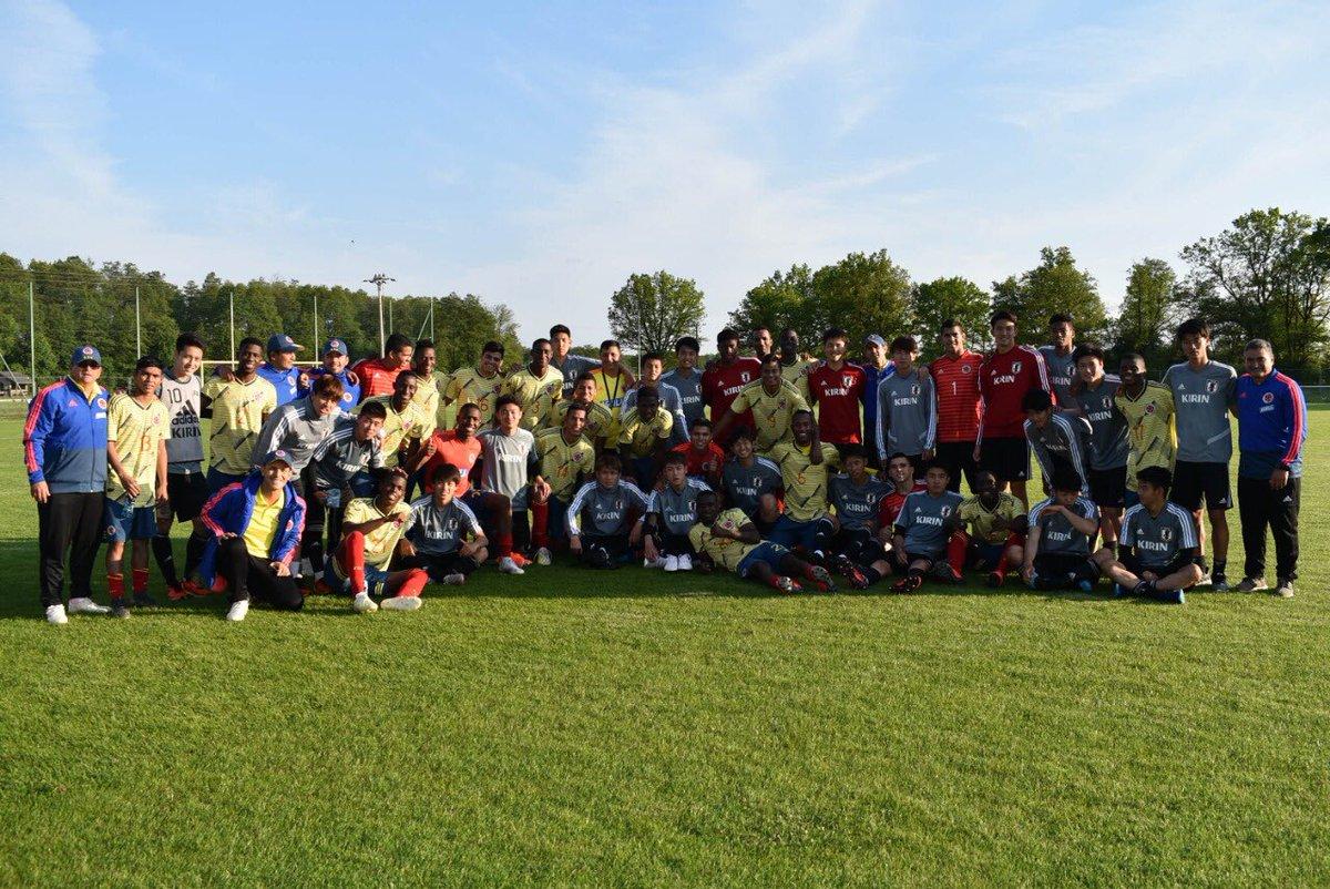 En la cancha rivales, afuera colegas y amigos. El fútbol nos une. Colombia 🇨🇴 vs. 🇯🇵 Japón. 🤜🏼🤛🏼