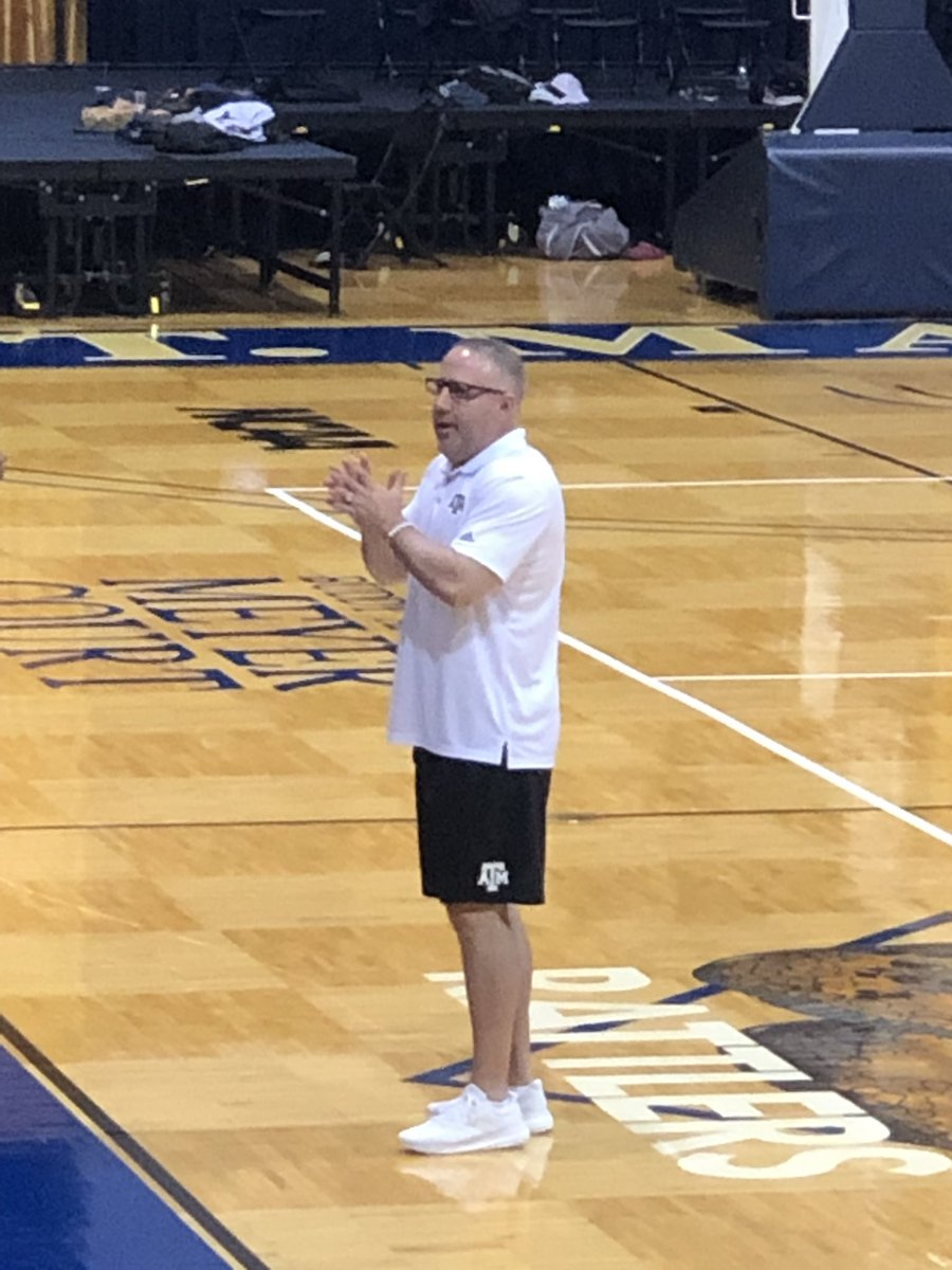 Was a really neat experience listening to @TeamCoachBuzz speak at the @Tabchoops clinic today. I always enjoy hearing him speak on the internet but it was way cooler to see/hear him in person. #grateful<br>http://pic.twitter.com/oLA76eEAhe