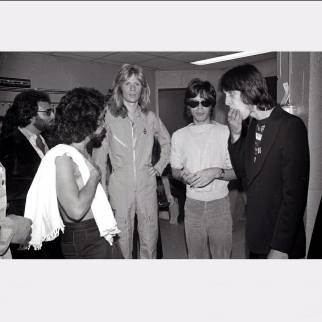 Daryl Hall &amp; John Oates hanging backstage after their show at the Felt Forum in NY with Mick Jagger and Todd Rundgren. (Oct 9, &#39;74)  70sscenario <br>http://pic.twitter.com/GIuVJMXq6W