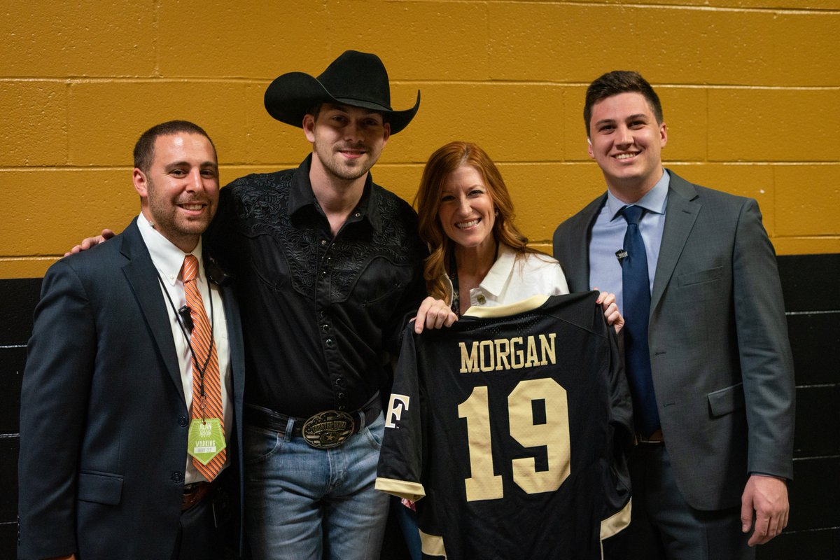 Welcome to the @WakeForest @DemonDeacons family @wmmorgan & @ASDaughtry! We are glad to have you in #WinstonSalem! #AlanJacksonTour pic.twitter.com/BegojhadeN