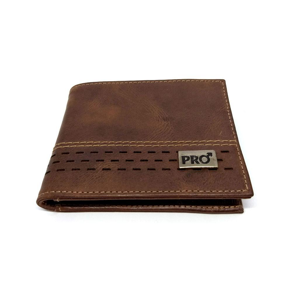 02966d62ec ... HOMINE e confeccionada em couro legítimo na cor marrom. Couro natural,  passível de riscos. Compre aqui: http://bit.ly/car-vecc-whsk .