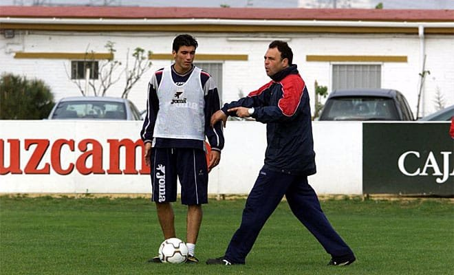 Reyes y Caparrós, en un entrenamiento del Sevilla FC.