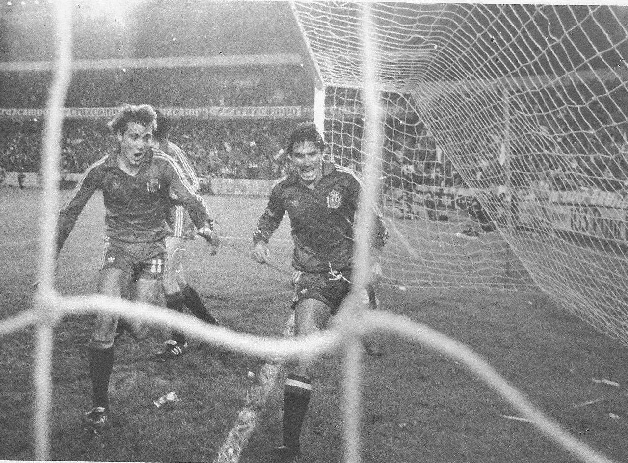 FOTOS HISTORICAS O CHULAS  DE FUTBOL - Página 9 D70YH-PW4AAhcrx