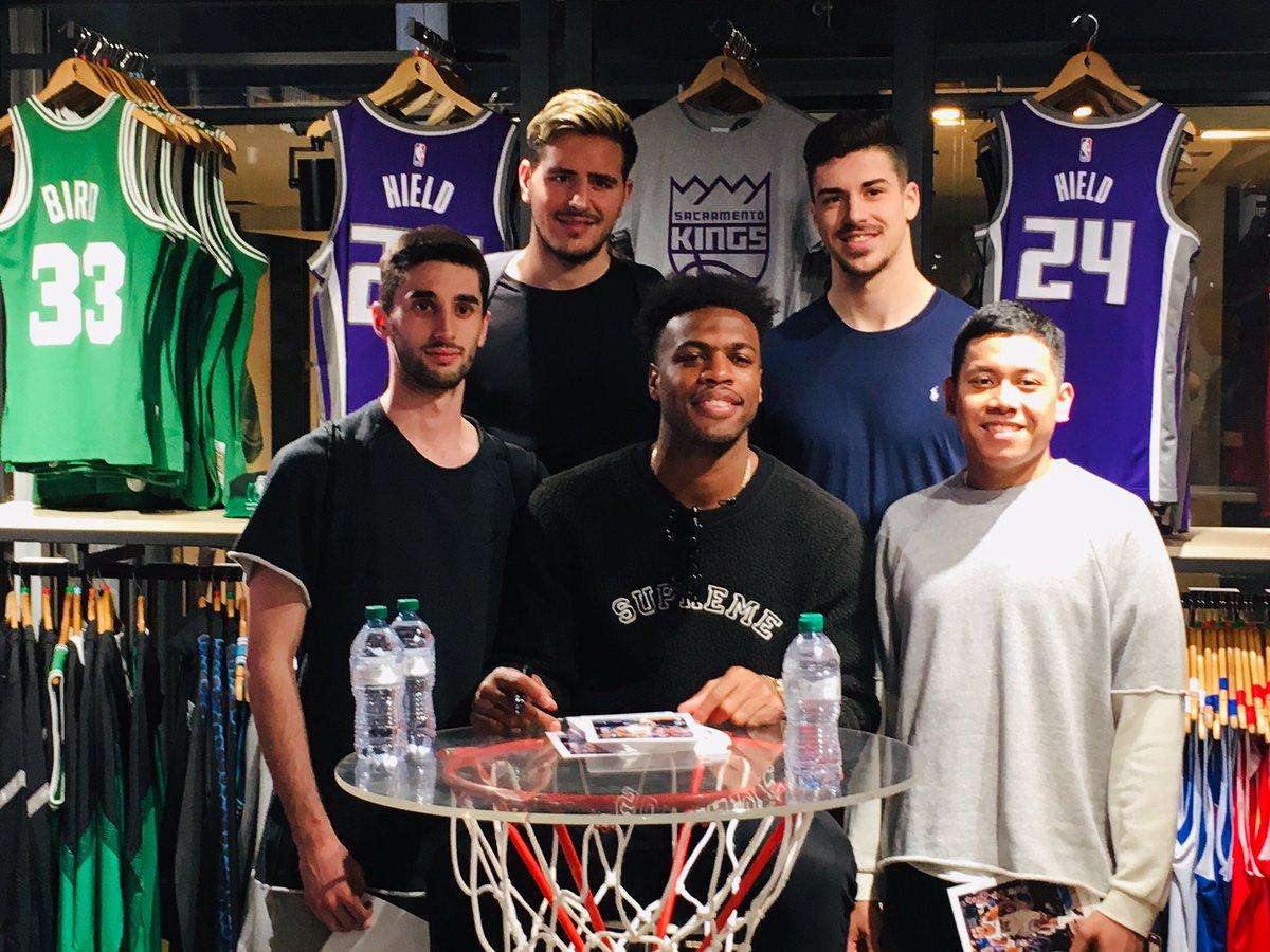 📸 @buddyhield al meet & greet con i fan all'NBA Store di Milano!  Buddy vi aspetta da domani all'#NBACrossover a Milano, in via Novi n.5!  Non mancare!!