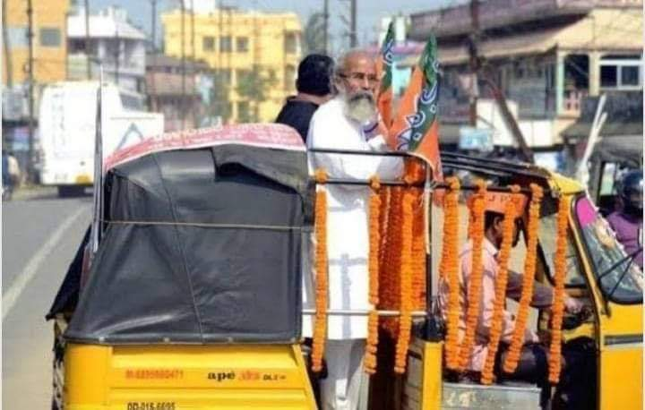 @pcsarangi ji is from my constituencie, we called him #Nana , not married, dadicate his life 2 his mother, she passed away last year. No wealth, a small house( not paakaa) rides cycle, build schools 4 tribal student..... down 2 earth. Proud to vote him #VijayiBharat <br>http://pic.twitter.com/lMig4EP14B