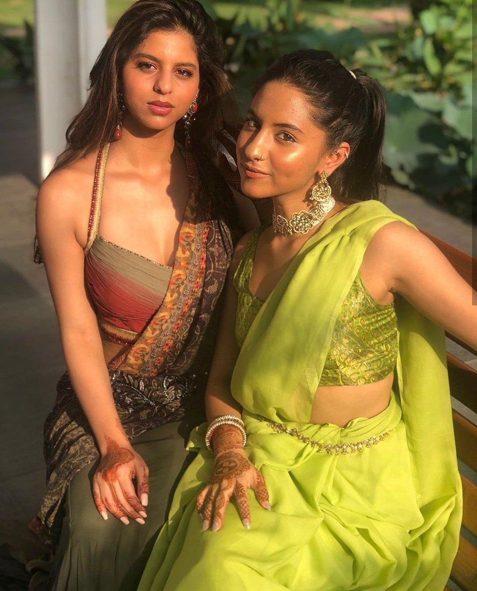Suhana khan with her cousin Alia Chhiba at a family wedding.  FOLLOW-@celebritiesstuf @suhanakhan02 #celebrities_stuff . #SuhanaKhan #aliachhiba #bollywood #iamsrk #GauriKhan #shahrukkhan #weddingoutfit #weddingdress #bollywoodoutfits #fashion #fashions #instadaily #instagrampic.twitter.com/acBxZvMOWz