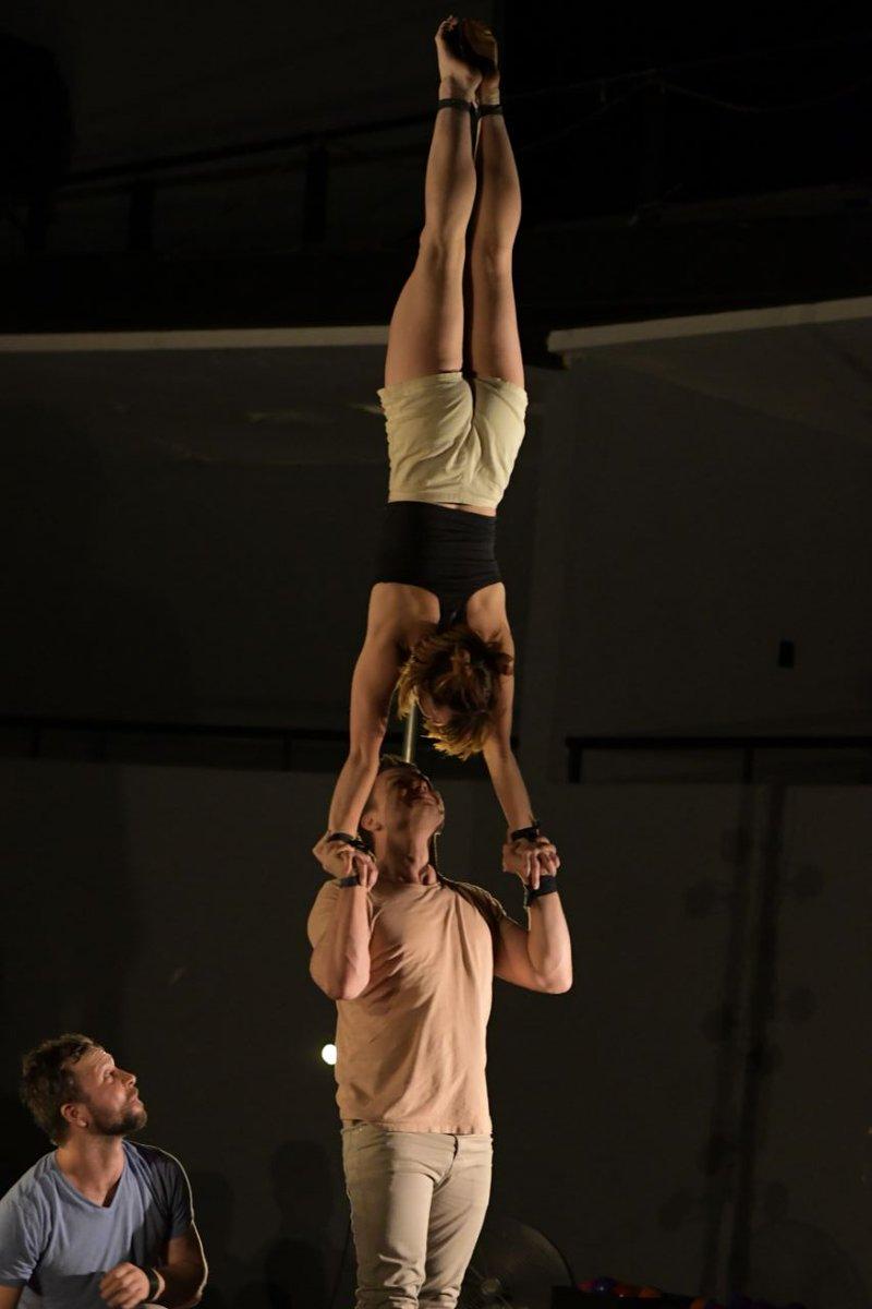 La acrobacia y el circo contemporáneo se adueñaron del LARVA con la presentación de @GOM_Circus.