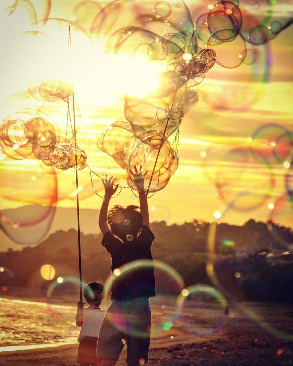 5月31日【金】18時00分~20時00分 山口県光市虹ヶ浜海水浴場にてシャボン玉飛ばして遊んでいるよ!現在は曇り空だけど、夕方からは晴れ予報なんだー…。キレイな夕陽がみたいなぁ。わーわーわー‼️ https://t.co/BtlG3AQqr4