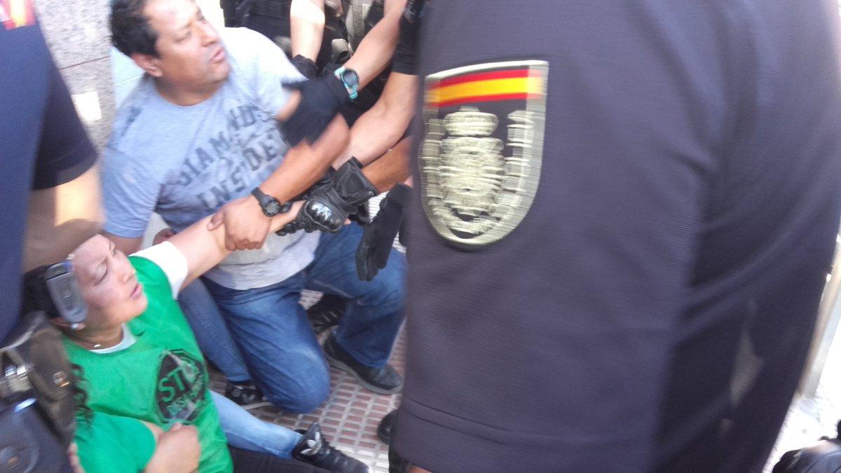 Nos golpean gravemente en #Parla por tratar paralizar desahucio de una mujer y sus pequeños