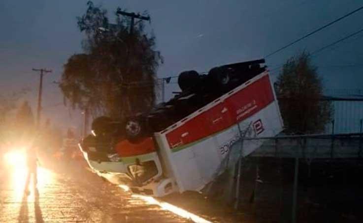 Impactante #tornado causa gran destrucción en la ciudad de #LosAngelesCL #ChileLoCuidamosTodos  Más información en http://www.revistaseguridad.cl #chileseguro#pazciudadana#revistaseguridadchile #noticiassobreseguridad #carabinerosdechile #actualidad