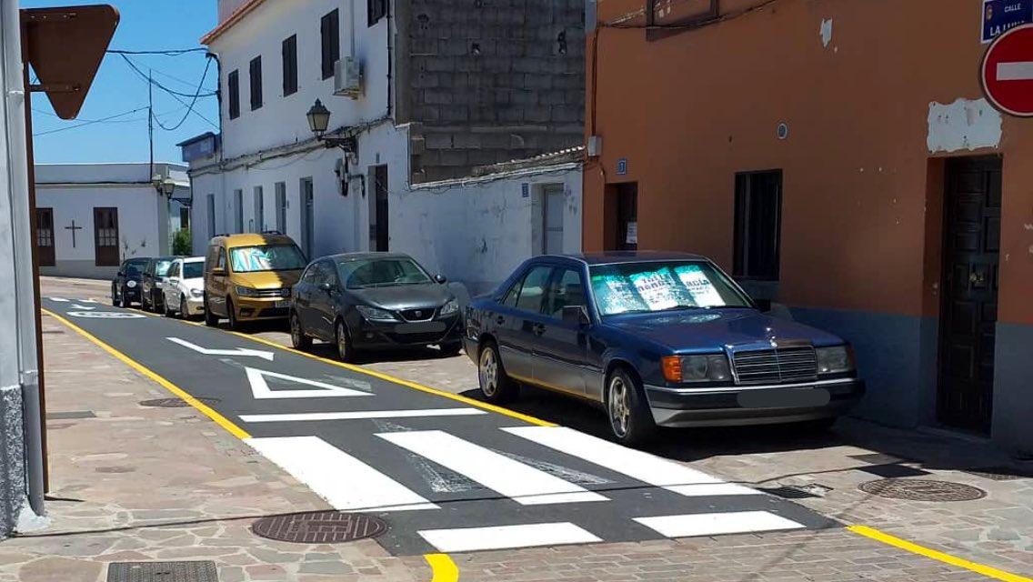"""Vehículos estacionados en la zona peatonal """"bloquean"""" algunas puertas  de entradas a viviendas en #Arona casco 🤦🏻♂️ #CalleLaLuna"""