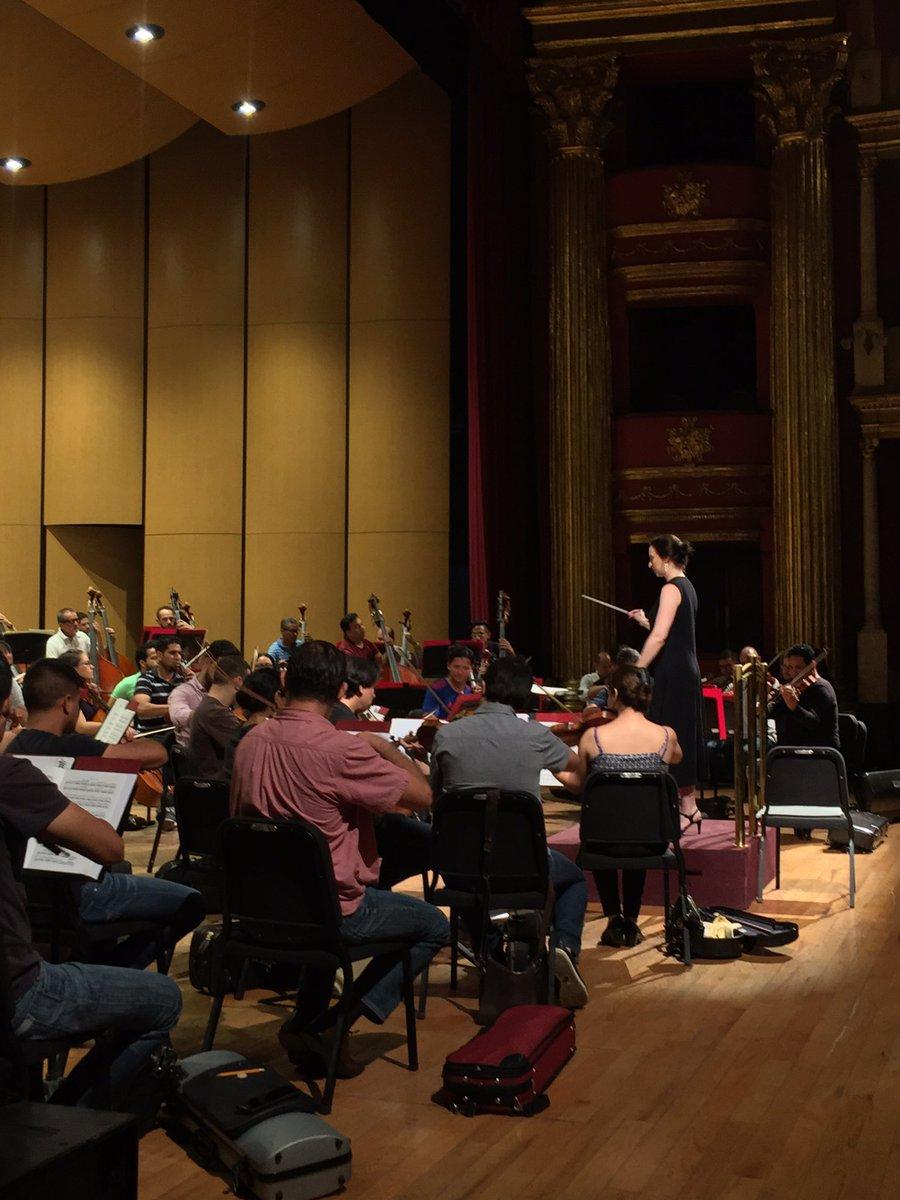 Bajo la dirección de la talentosa directora Jennifer Condon, el día de hoy presentaremos un programa de obras australianas, teniendo como solista a William Barton y su didgeridoo...  Te invitamos a ser parte del concierto de clausura del @FestivaldeMayo, hoy a las 20:30 horas.