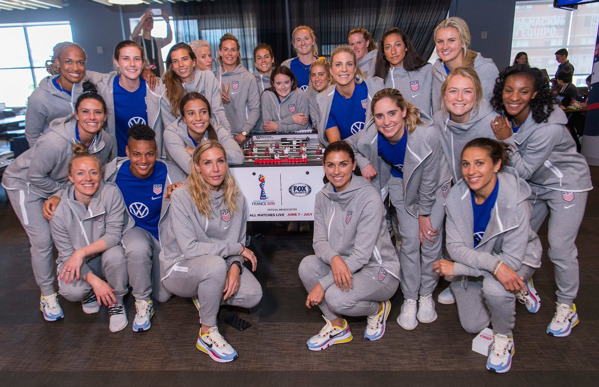 La selección femenina de USA delante de un futbolín.