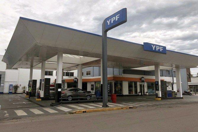 Finalmente YPF vuelve a aumentar la nafta y desde esta medianoche sube su precio un 1,5%