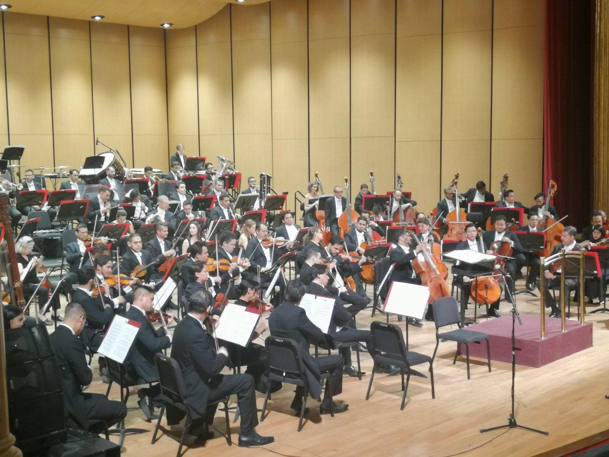 Listos para comenzar con la clausura de @FestivaldeMayo con la @FilarmonicaJal, @didgefusion y la directora de orquesta Jennifer Condon.