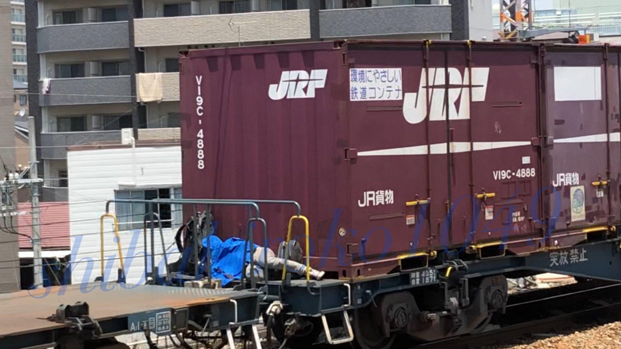 貨物列車に潜み無賃乗車している画像