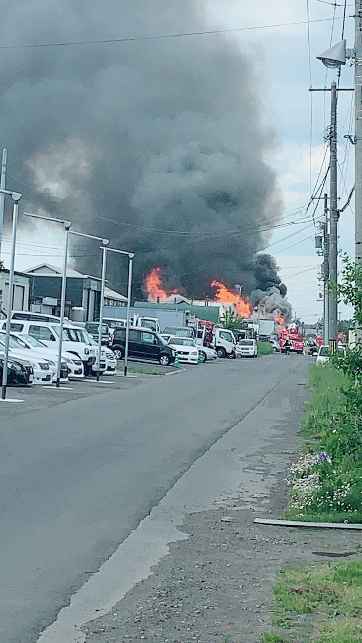 札幌市白石区東米里の火事で消火活動している画像