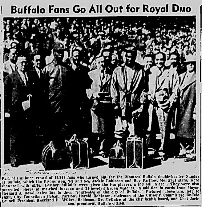 19 mai 1946: la ville de Buffalo rend hommage aux 2 Afro Américains des Royaux, Jackie Robinson et Roy Partlow, lors d'un programme double à Buffalo. Ils se sont tous les deux fait offrir une montre, des sacs de voyage et un porte-monnaie en cuir contenant un billet de 50 dollars <br>http://pic.twitter.com/c5yWo37kdI