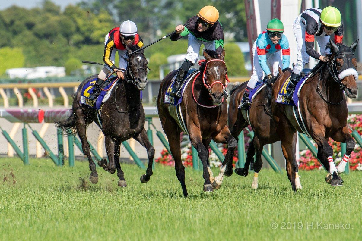 次にゴール後のガッツポーズ。  #ラブズオンリーユー #優駿牝馬  #オークス #ミルコ・デムーロ